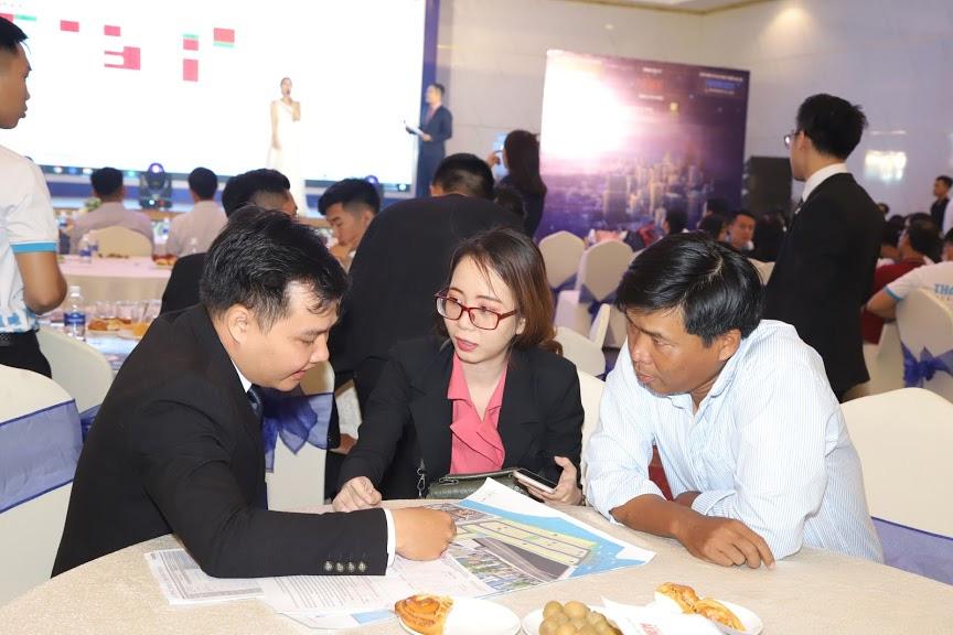 Chuyên viên tư vấn của SC Holding đang tư vấn cơ hội đầu tư cho khách hàng.